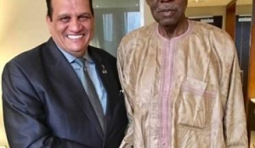Le Président de l'UCSA Ahmed Nasser remercie Issa Hayatou le Président de la CAF